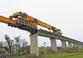 西成客专项目部员工正操纵运架一体架桥机进行架梁施工
